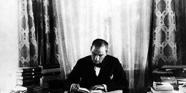 Çankaya Köşkündeki kütüphanede bazı tarih araştırmaları yaparken  Atatürk conducts historical research at the Library in the Çankaya Palace